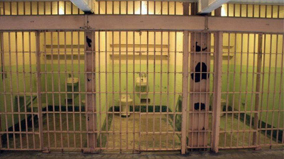 Μέχρι και παρασκευαστήριο τσίπουρου βρήκαν στις φυλακές Αμφίσσης