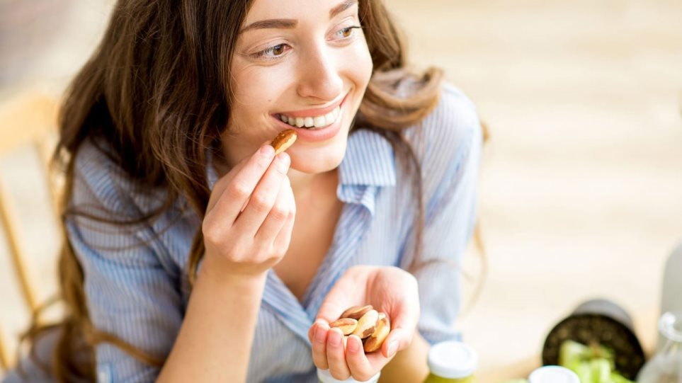 girl_eating_nuts