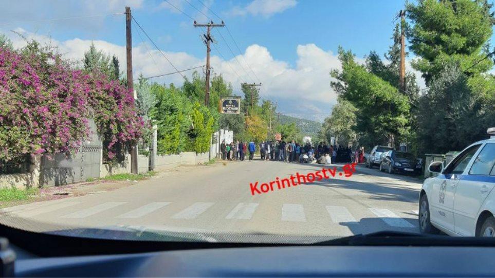 Άγιοι Θεόδωροι: Πρόσφυγες και μετανάστες έκλεισαν την παλαιά EO Αθηνών – Κορίνθου