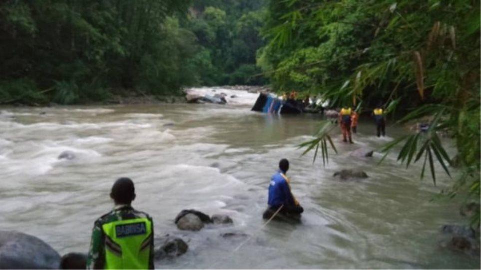 Ινδονησία: Λεωφορείο έπεσε σε χαράδρα - 24 νεκροί
