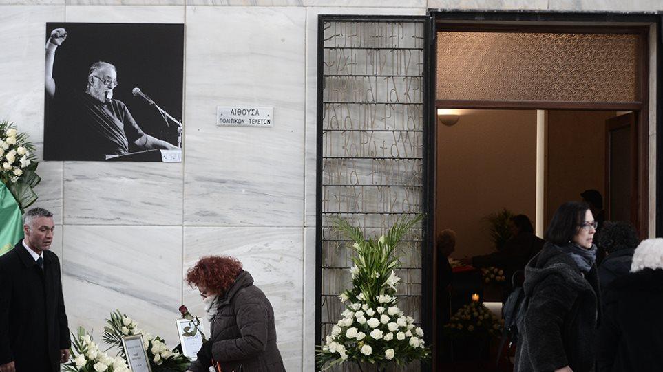 Θάνος Μικρούτσικος: Με τη φωνή του να ακούγεται από τα μεγάφωνα ξεκίνησε η πολιτική του κηδεία