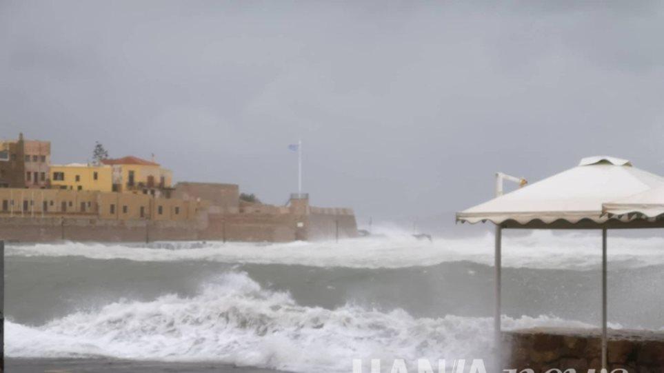 Κακοκαιρία «Ηφαιστίων»: Μανιασμένα κύματα «κατάπιαν» το παλιό λιμάνι στα Χανιά