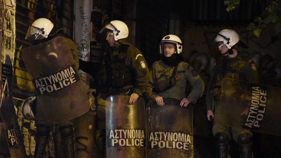 Επίθεση μετά από ενέδρα σε διμοιρία των ΜΑΤ έξω από τη Νομική - Έξι προσαγωγές
