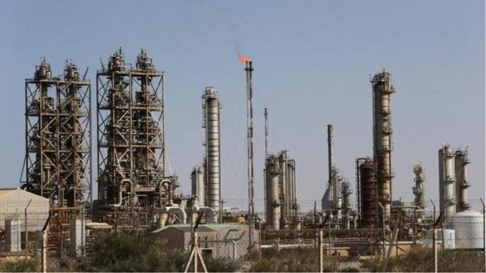 Λιβύη: «Σφίγγει» ο οικονομικός αποκλεισμός του Χαφτάρ - Πτώση κατά 75% της παραγωγής πετρελαίου
