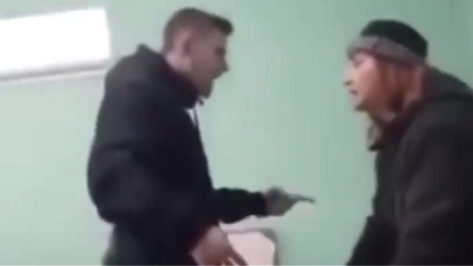 Απίστευτη επίθεση μαθητή του Λυκείου στην καθηγήτριά του! (Βίντεο)