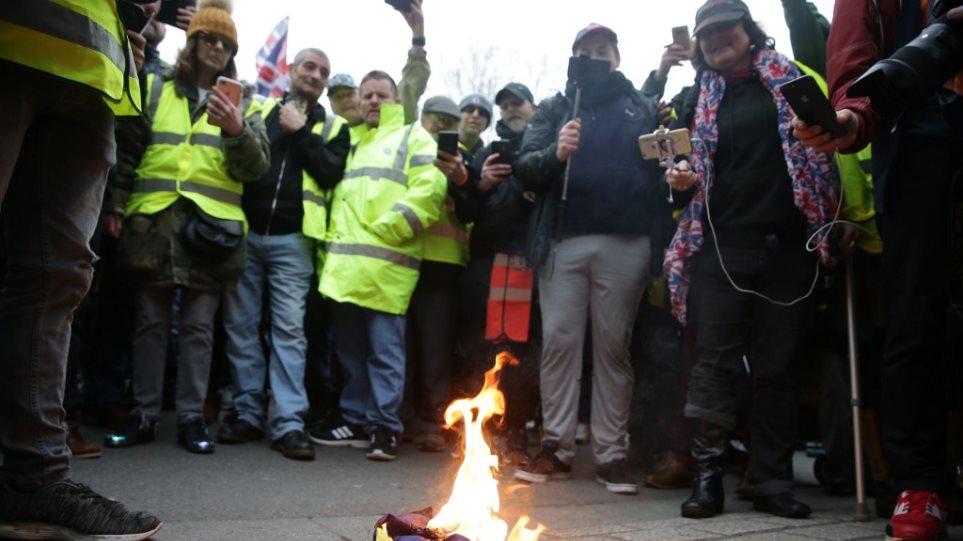 Θλιβερή εικόνα στο Λονδίνο: Υποστηρικτής του Brexit έκαψε τη σημαία της ΕΕ