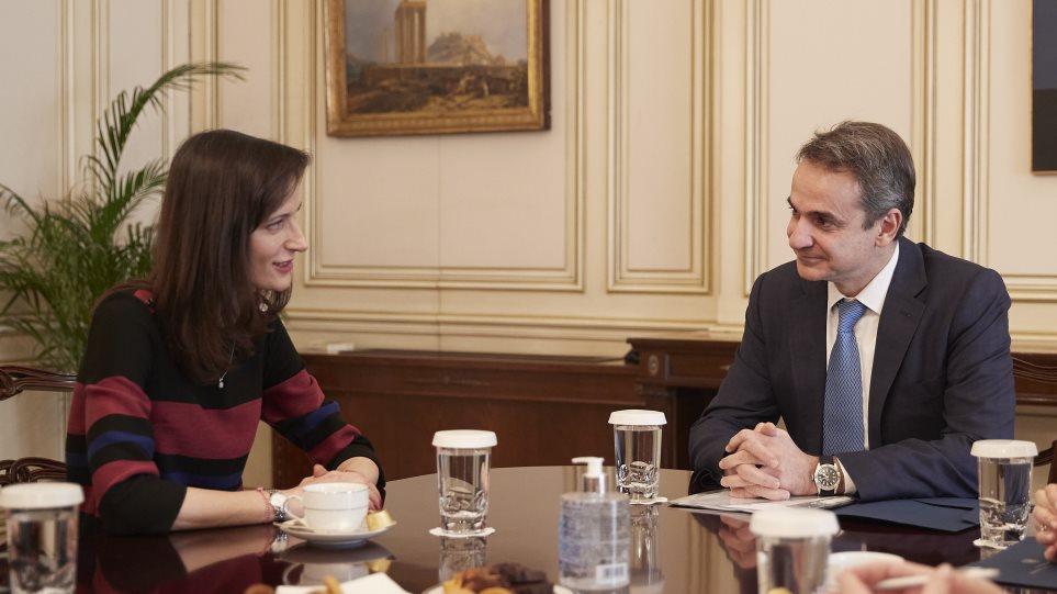 Συνάντηση Μητσοτάκη με την Επίτροπο Γκάμπριελ: Προτεραιότητα να ανακοπεί το «brain drain»