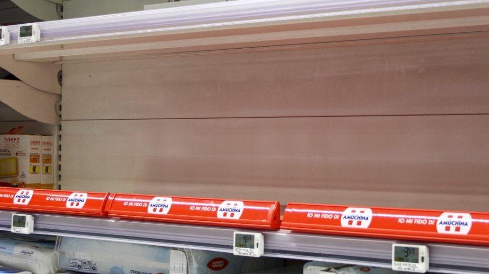 Κορωνοϊός: Ξεπούλησαν ζυμαρικά, χαρτί τουαλέτας και αλεύρι σε σούπερ μάρκετ του Λονδίνου