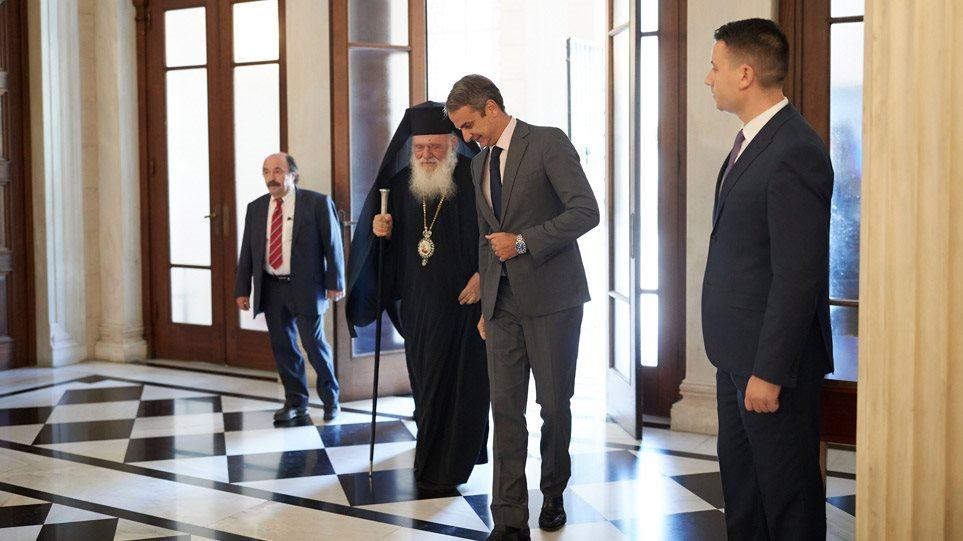 Κορωνοϊός: Πώς ο Μητσοτάκης έλυσε τον «γόρδιο δεσμό» με τις θρησκευτικές τελετές, εκθέτοντας την Ιεραρχία