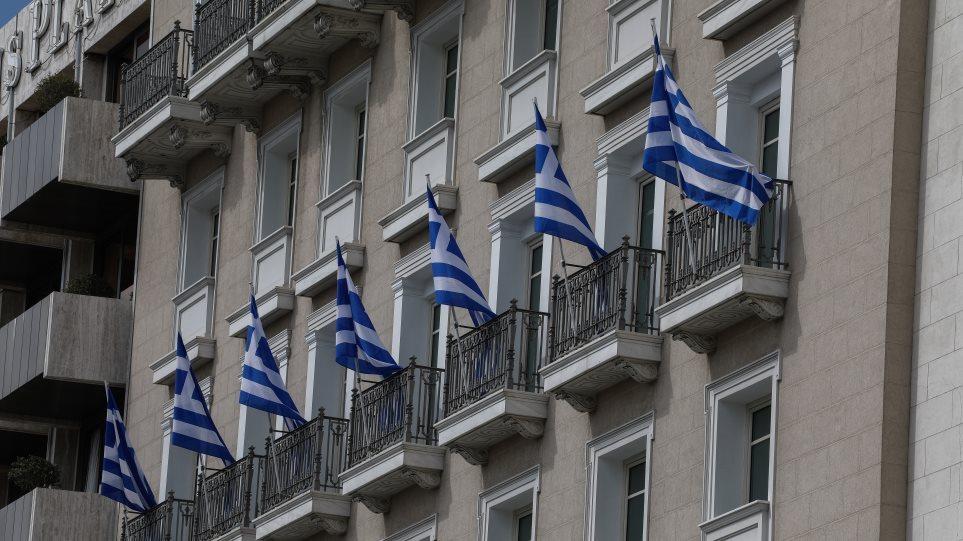 25η Μαρτίου - Κορωνοϊός: Με σημαίες στα μπαλκόνια εορτάζεται φέτος η εθνική επέτειος