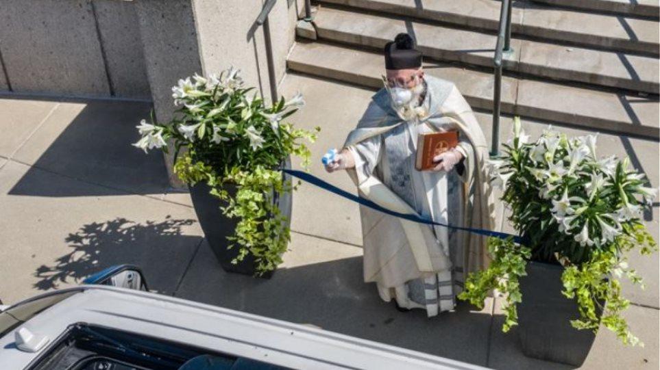 Καθολικός ιερέας έκανε αγιασμό με... νεροπίστολο! - Δείτε φωτογραφίες