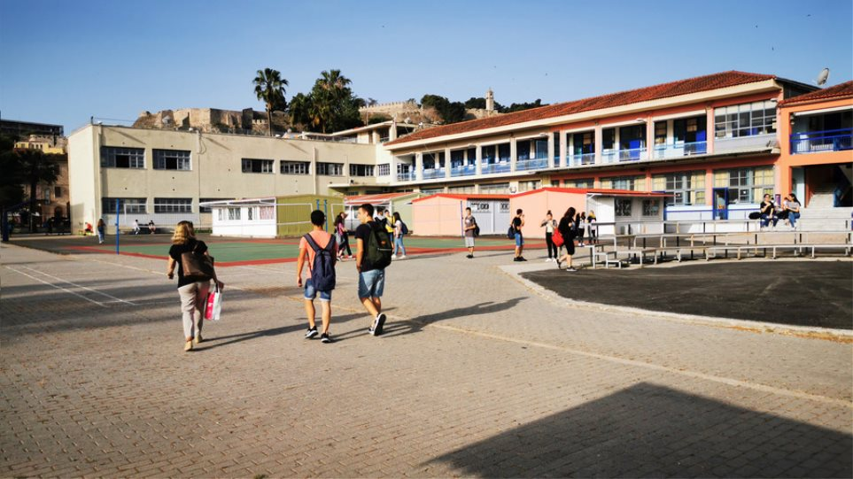 Κορωνοϊός - Σχολεία: Σκέψεις να ανοίξουν πρώτα τα δημοτικά και μετά τα Γυμνάσια - Λύκεια