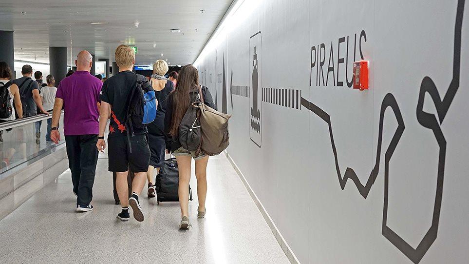 1tourismos-touristes-aerodromio-arthro