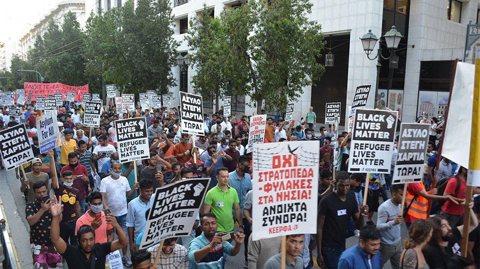 Συλλαλητήριο μεταναστών στο Σύνταγμα: «Θα απελάσουμε τον Μητσοτάκη ...
