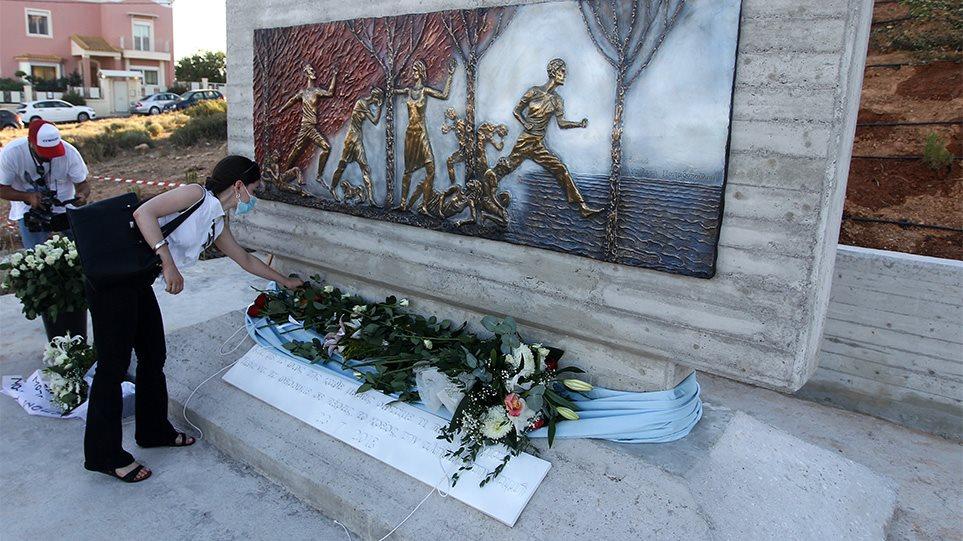 Δάκρυα στο Νέο Βουτζά: Αποκαλυπτήρια μνημείου για τα 102 θύματα της φονικής πυρκαγιάς στο Μάτι