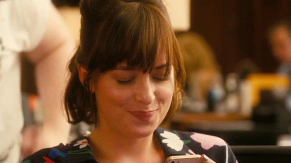 How-to-Be-Single-Movie-Screenshot-Dakota-Johnson-Alice-Texting-Emoji