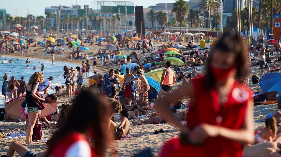 Κορωνοϊός: Ποιες αποστάσεις; «Βουλιάζουν» οι παραλίες στην Ευρώπη