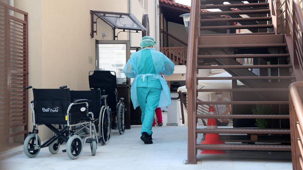 Κορωνοϊός: Προβληματίζουν οι εξάρσεις κρουσμάτων σε γηροκομεία και υγειονομικούς