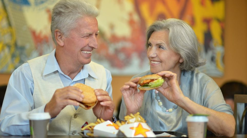 200820164537_old-couple-eating-1280x720