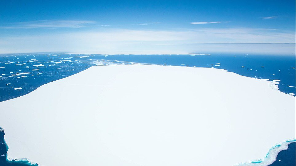 37220716-9085249-Pictured_the_A68d_iceberg_that_broke_off_earlier_this_week_in_th-a-37_1608803833995