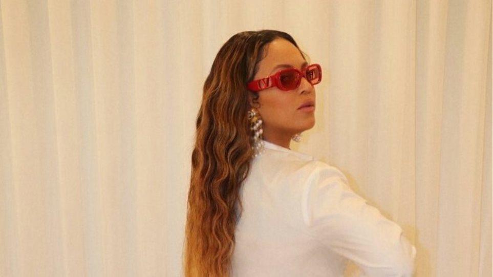 210218152743_Beyonce-wearing-Alexander-McQueen-Story-Shoulder-Bag-1-e1613654948210