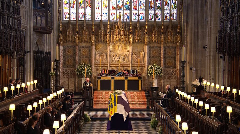 Κηδεία πρίγκιπα Φίλιππου: Λάβαρο με ελληνικό σταυρό σκέπαζε το φέρετρο του βασιλικού συζύγου.