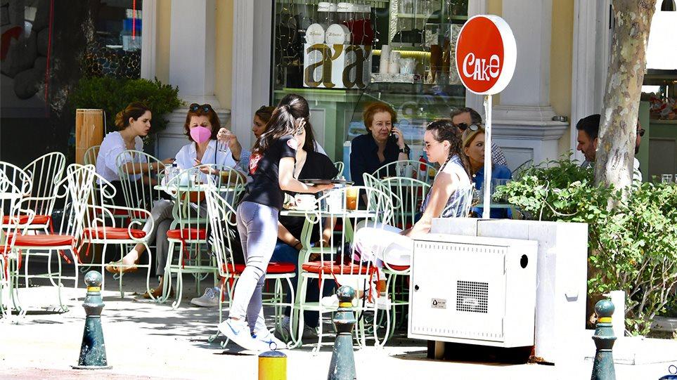 Εστίαση: Γεμάτα τα τραπέζια στις καφετέριες και σήμερα – Απολαμβάνουν τον ήλιο, πίνοντας καφέ οι Αθηναίοι