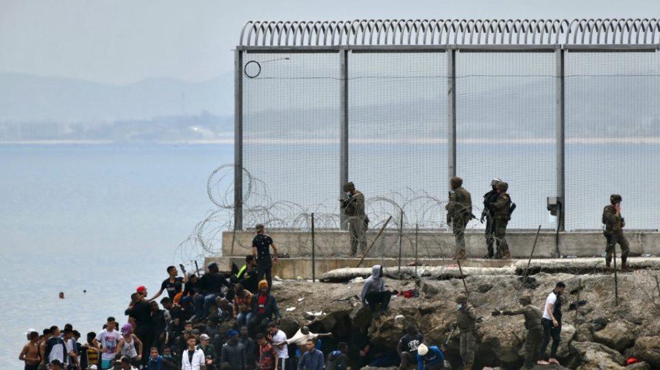 Ισπανία: Τουλάχιστον 6.500 μετανάστες από το «κύμα» στη Θέουτα έχουν σταλεί πίσω στο Μαρόκο