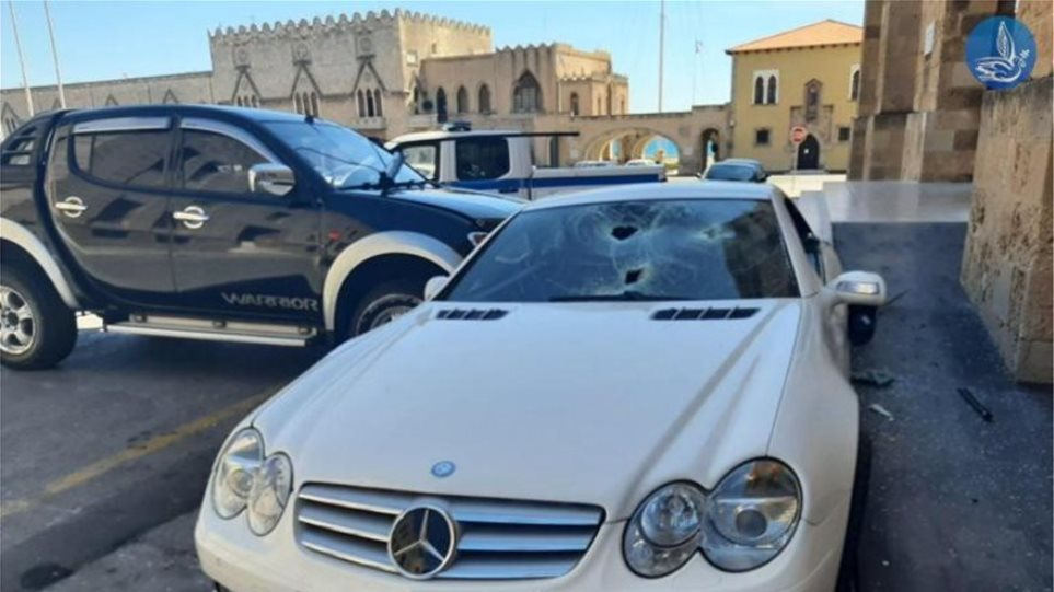 Ρόδος: Η στιγμή που ο υπαστυνόμος καταστρέφει το αυτοκίνητο του αστυνομικού διευθυντή – Δείτε βίντεο
