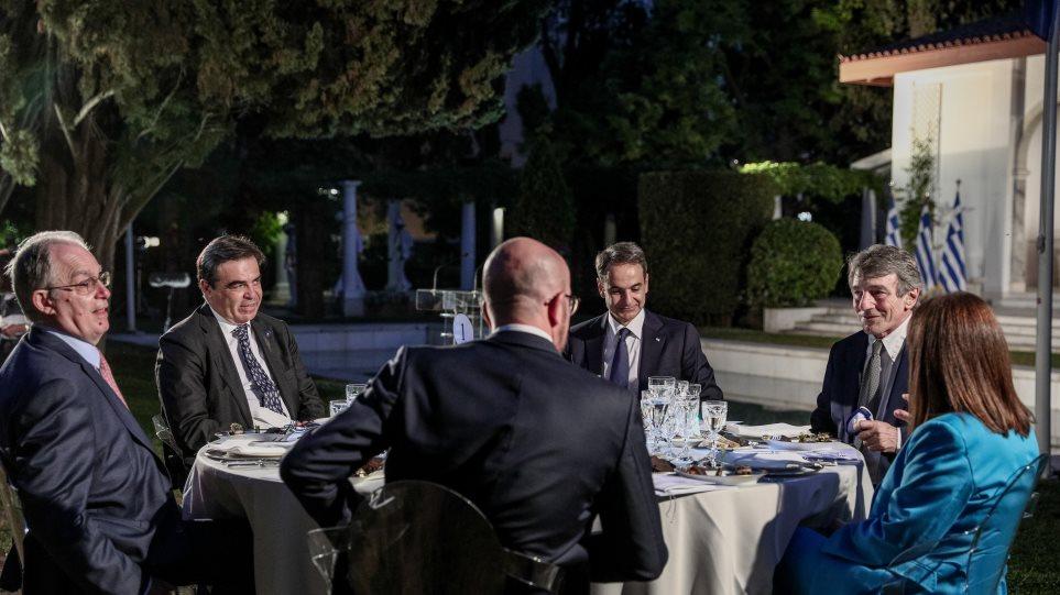 Πράκτορες της ΚΑΤΑΣΤΡΟΦΗΣ της Ευρώπης – Φωτογραφίες: Το επίσημο δείπνο για την επέτειο ένταξης στην ΕΕ.