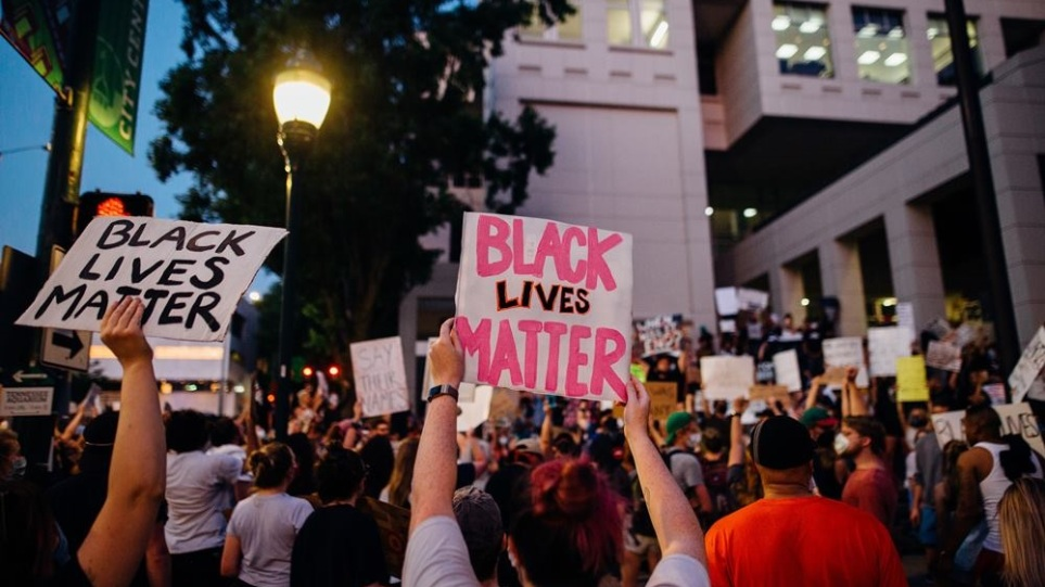 protesters-holding-signs-4552841