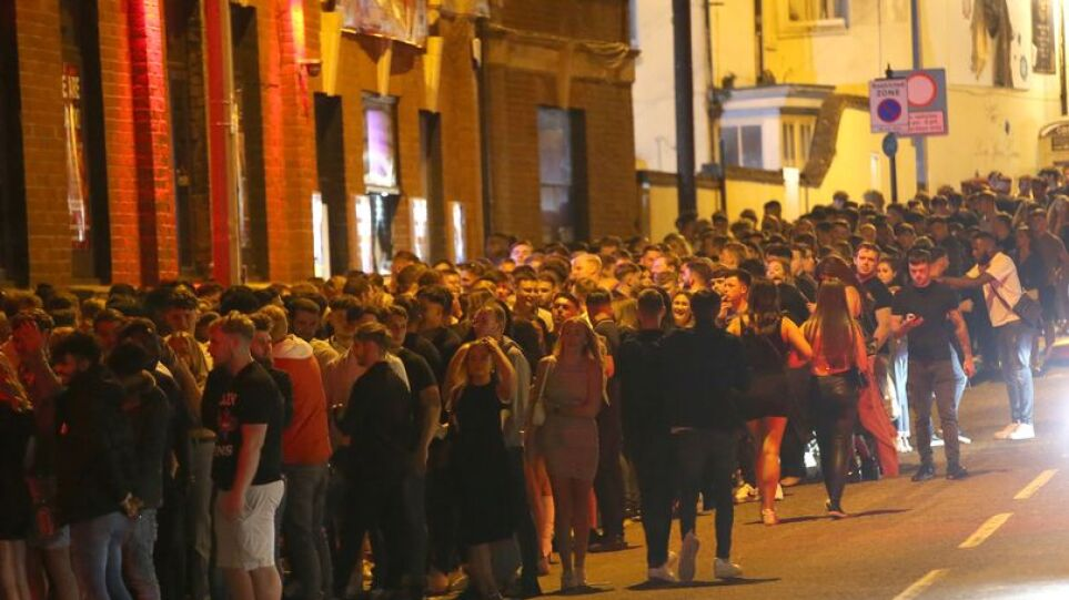 0_PAY-Casino-Rooms-Club-Goers-Que