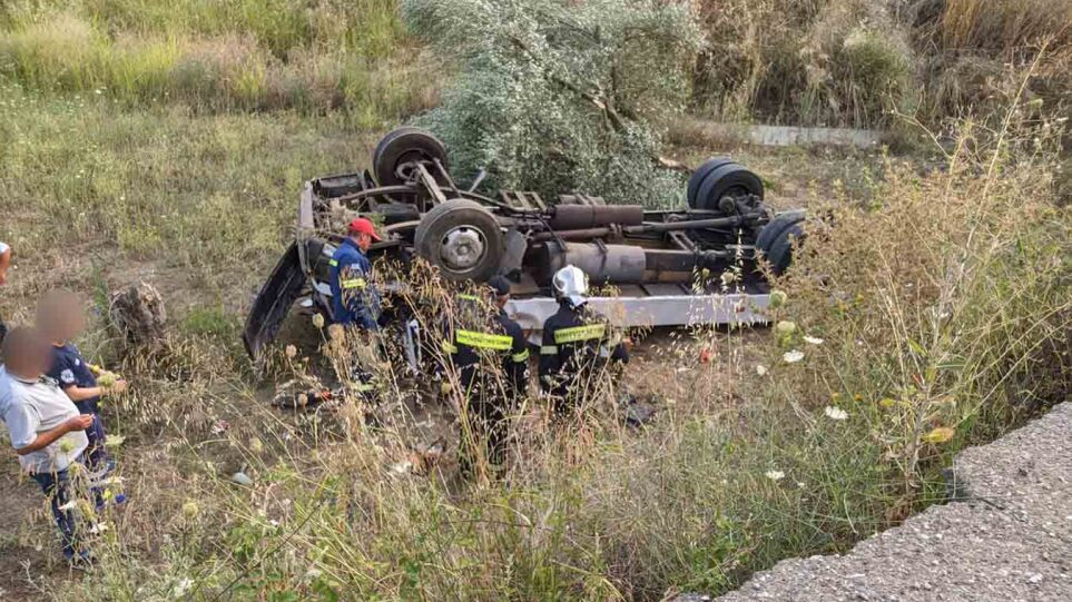 Ανατροπή φορτηγού στο Αγρίνιο - Στο νοσοκομείο ο οδηγός(φωτο)