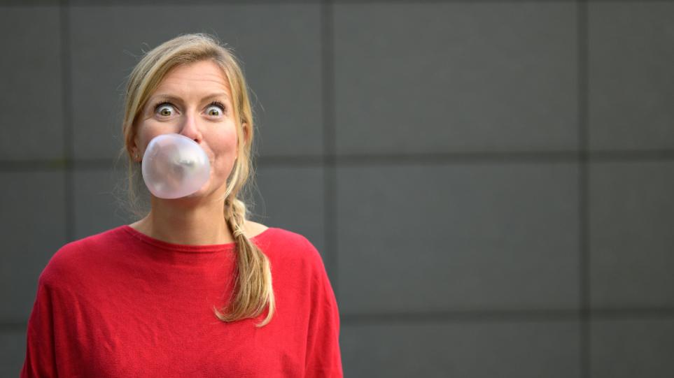 210913132541_bubble_gum_woman