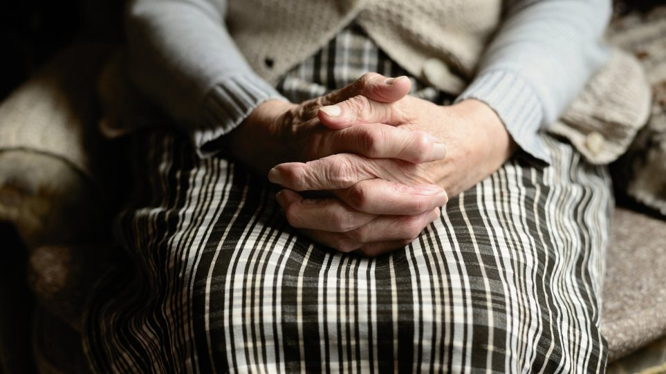 old_woman_hand