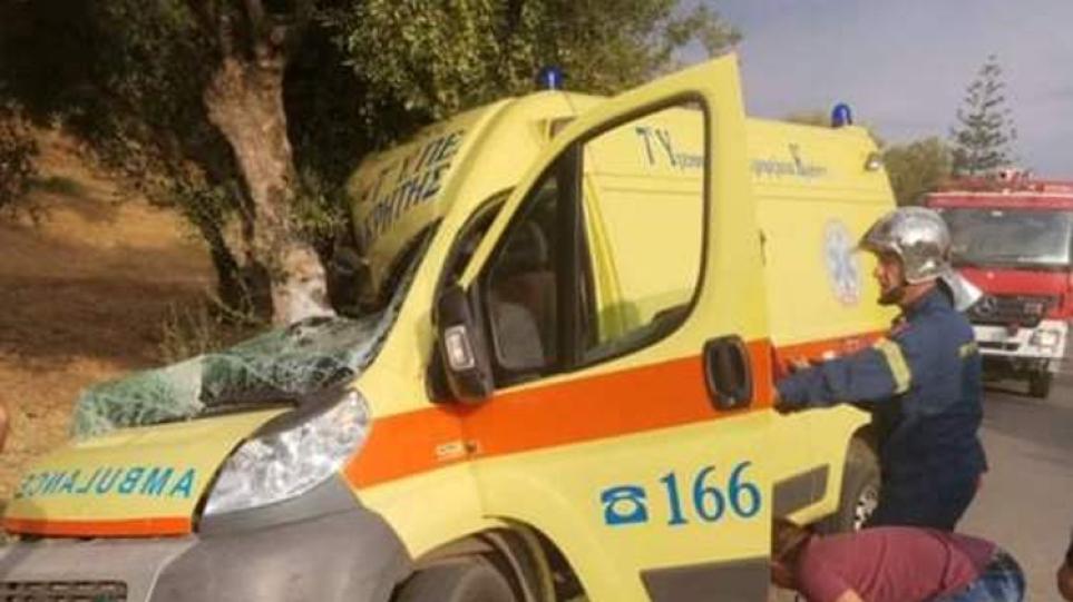 Σοβαρό τροχαίο στην Κρήτη: Ασθενοφόρο έπεσε σε ελιά και έγινε σμπαράλια