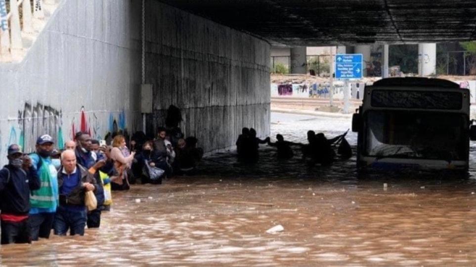 Κακοκαιρία Μπάλλος: Αδιανόητες εικόνες - «Βυθίστηκε» λεωφορείο στην παλιά  Ποσειδώνος - Έκαναν «αλυσίδα» οι επιβάτες για να βγουν