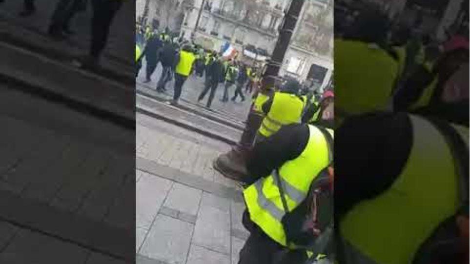 08/12/2018 Gilets jaune 10 h 25 ! Premier gaz lacrymogènes à Paris !