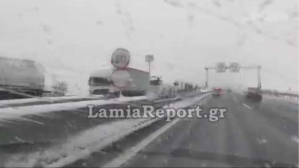 LamiaReport.gr: Σταματημένα λεωφορεία-φορτηγά-νταλίκες στην Υλίκη λόγω χιονιού 30-12-19