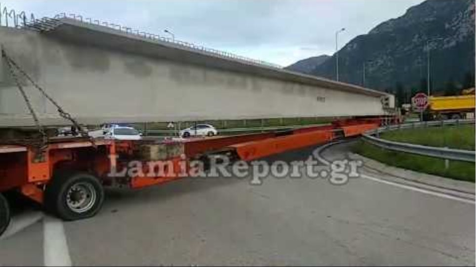 LamiaReport.gr: Σφήνωσε τεράστια νταλίκα στον κόμβο του Μπράλου