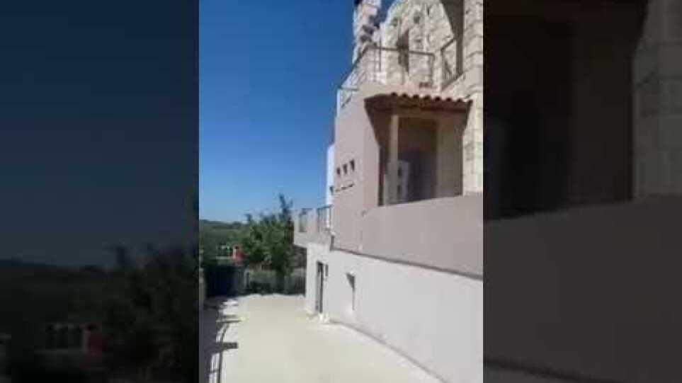 Σεισμός στο Ηράκλειο: Καρέ – καρέ η πτώση σκεπής από σπίτι στο Αρχοντικό