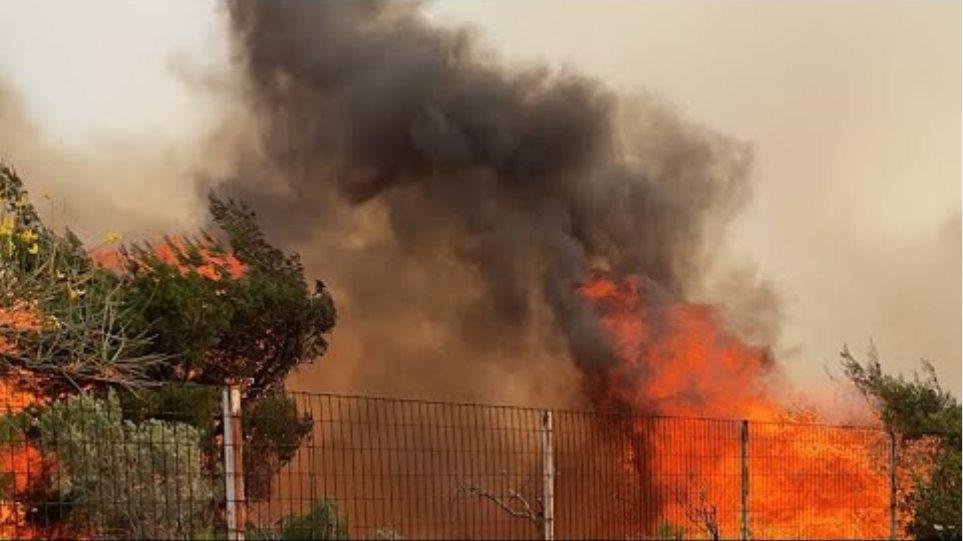 Ανεξέλεγκτη η φωτιά στον οικισμό Πευκενεα...