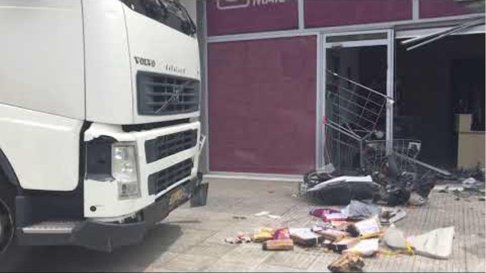 Χάος στην Πειραιώς: Φορτηγό «μπούκαρε» σε μαγαζί (2)