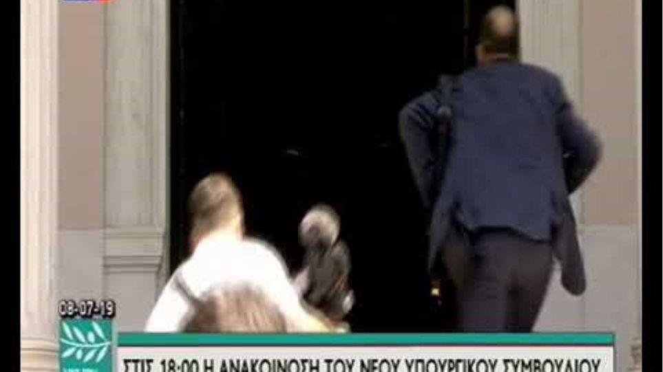 Ο Αλέξης Τσίπρας παρέδωσε στον Κυριάκο Μητσοτάκη  Νέος πρωθυπουργός ο Κυριάκος Μητσοτάκης: Η ορκωμοσία και η παραλαβή στο Μαξίμου από τον Τσίπρα 8BulVXS LfU