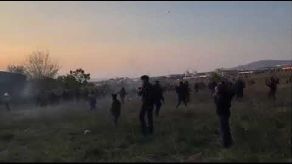 Επεισόδια με ΜΑΤ και πρόσφυγες στα Διαβατά - Voria.gr