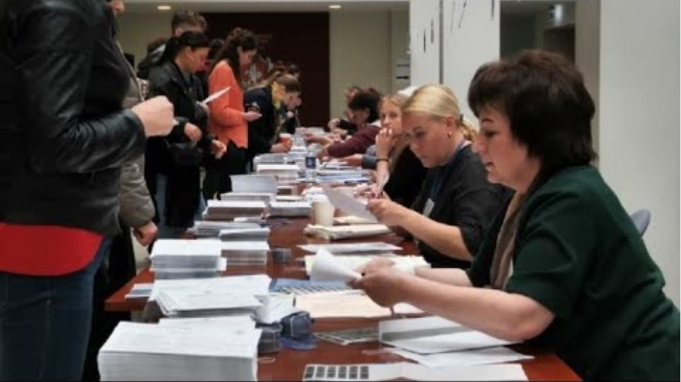 Lithuania: early voters cast ballots in presidential election