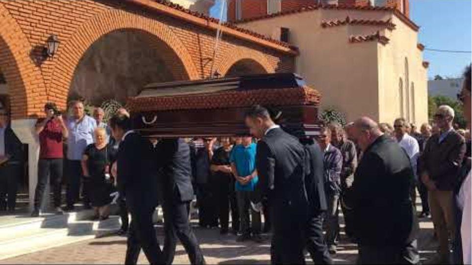 Η σορός του Γ. Σπανού φτάνει στην εκκλησία