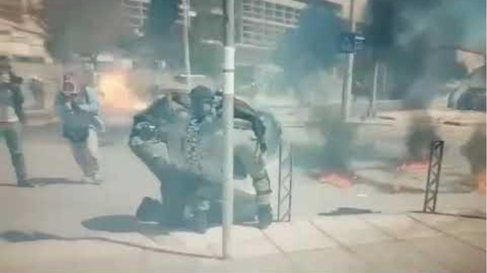 Αστυνομικοί σβήνουν φωτιά σε διαδηλωτή από μολότοφ