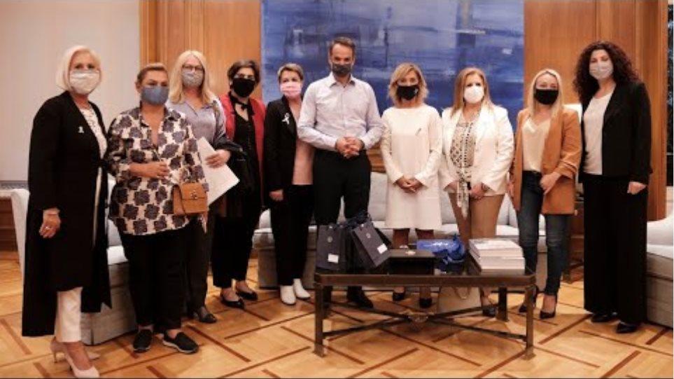 Συζήτηση του Πρωθυπουργού με γυναίκες που έδωσαν μάχη με τον καρκίνο του μαστού