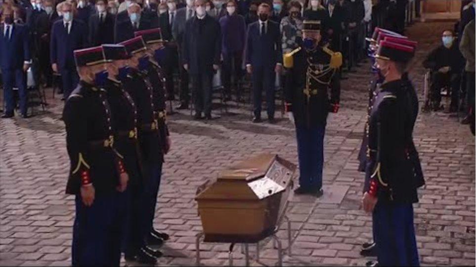 """Hommage national à Samuel Paty: L'entrée émouvante du cercueil de Samuel Paty sur """"One"""" de U2"""
